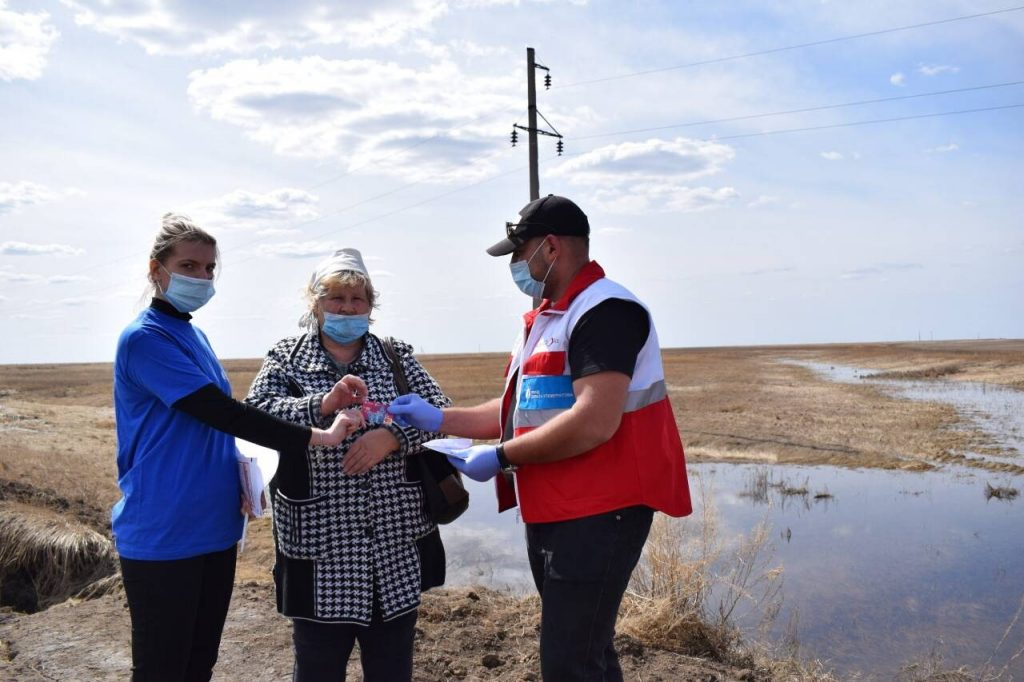 Пострадавшие от паводков получили карты помощи